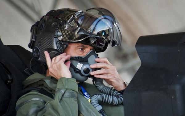 Phi công F-35 đội mũ bảo hiểm. Ảnh:Business Insider.