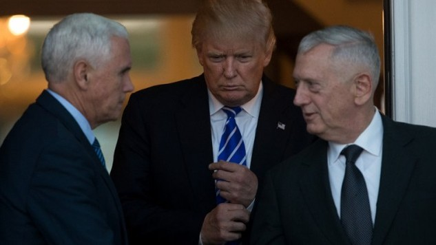 Tổng thống đắc cử Mỹ Donald Trump (giữa) và ứng viên Bộ trưởng Quốc phòng James Mattis. (Ảnh: AFP)