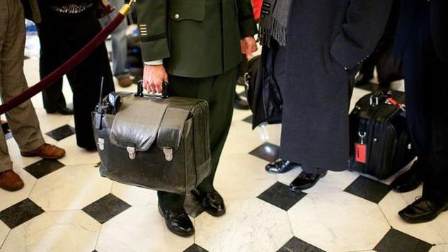 Một sĩ quan sẽ mang theo vali hạt nhân đi cùng Tổng thống Barack Obama để bàn giao lại cho Tổng thống đắc cử Donald Trump vài giờ trước khi ông tuyên thệ nhậm chức. (Ảnh minh họa: Getty)