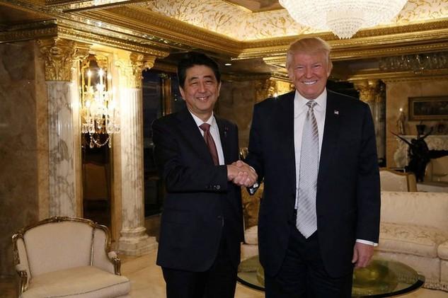 Thủ tướng Nhật Bản Shizo Abe và Tổng thống đắc cử Mỹ Donald Trump bắt tay tại cuộc gặp ở New York, Mỹ hồi tháng 11/2016 (Ảnh: Reuters)