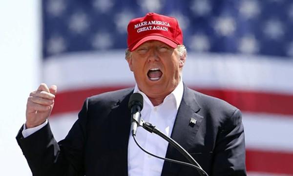 Donald Trump đội chiếc mũ đỏ khi phát biểu tại một cuộc vận động tranh cử ở bang Arizona hồi tháng 3/2016. Ảnh:AP