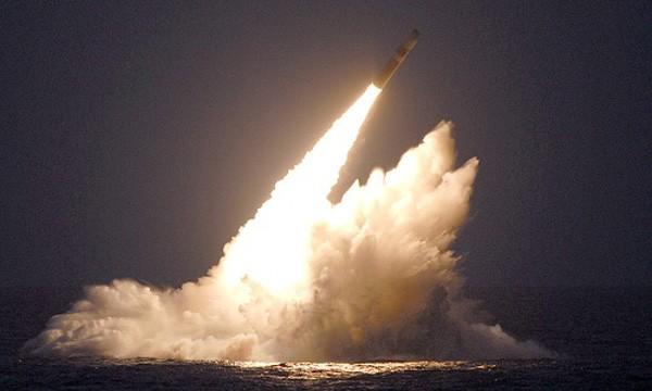 Tên lửa đạn đạo hạt nhân Trident II D5 được phóng từ tàu ngầm. Ảnh: Defense industry daily.