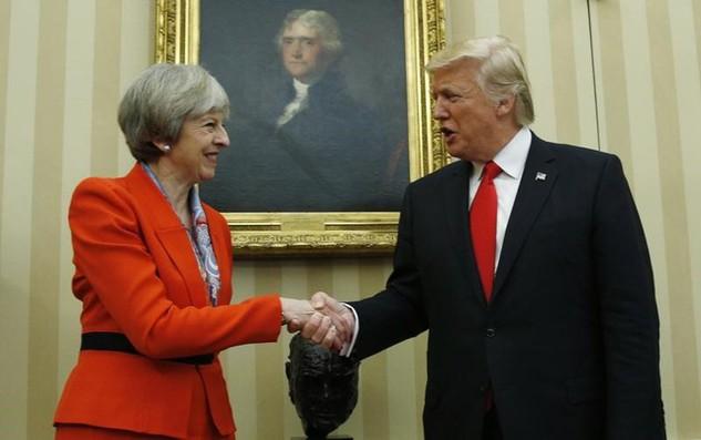 Thủ tướng Anh Theresa May bắt tay Tổng thống Mỹ Donald Trump tại Nhà Trắng hôm 27/1 (Ảnh: Reuters)