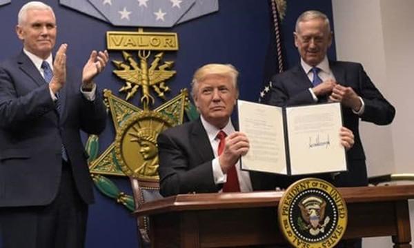 Tổng thống Mỹ Donald Trump hôm qua ký sắc lệnh liên quan đến việc tái xây dựng lực lượng vũ trang tại Lầu Năm Góc. Ảnh:AFP