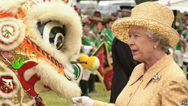 Bức ảnh Nữ hoàng Anh Elizabeth nhìn người múa lân được công bố vào Tết âm lịch năm trước.