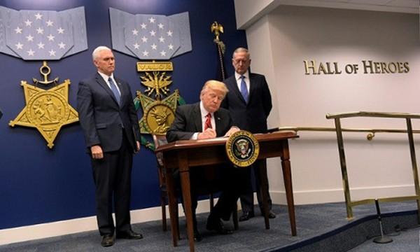 Tổng thống Mỹ Donald Trump hôm 28/1 ký sắc lệnh điều thêm lực lượng và khí tài quân sự đến Iraq và Syria. Ảnh:AFP