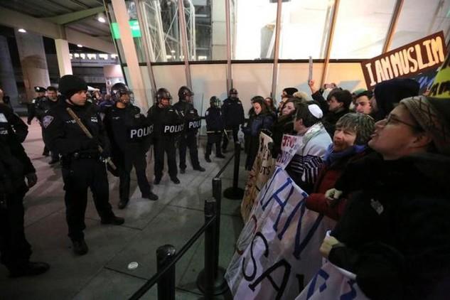 Biểu tình tại sân bay quốc tế John F. Kennedy, New York, để phản đối sắc lệnh mới về người nhập cư của Tổng thống Donald Trump. (Ảnh: Reuters)