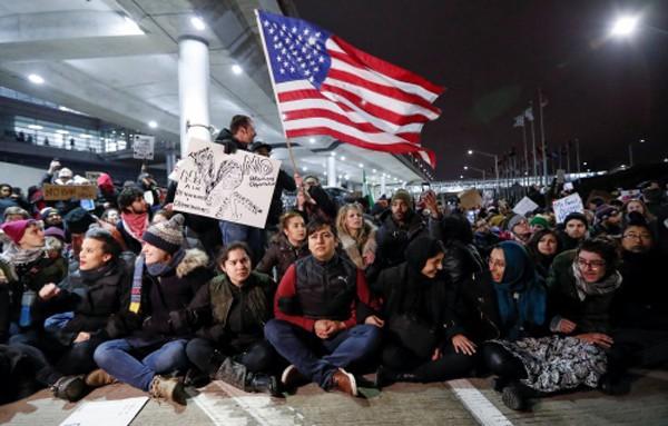 Người biểu tình phản đối sắc lệnh của ông Trump tại sân bay O'Hare, Chicago. Ảnh:Reuters
