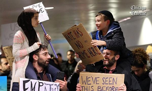Hình ảnh Meryem, cô bé ngồi trên vai bố và Adin, người Do Thái, nói chuyện với nhau đã lan truyền nhanh chóng trên Twitter. Ành:Chicago Tribune