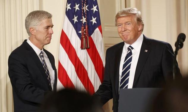 Tổng thống Donald Trump (phải) bắt tay ông Neil Gorsuch sau khi công bố đề cử ứng cử viên thẩm phán Tòa án tối cao hôm 31/1 (Ảnh: Reuters)