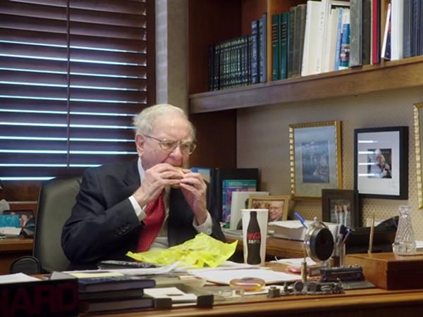 Warren Buffett thường ăn đồ ăn nhanh vào bữa sáng. Ảnh:HBO
