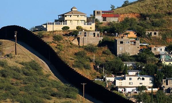 Bức tường ngăn biên giới Mỹ và Mexico ước tính cần 20 tỷ USD. Ảnh:Reuters