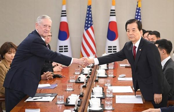 Jim Mattis, tân Bộ trưởng Quốc phòng Mỹ, hôm nay bắt tay với người đồng cấp Han Min-Koo tại trụ sở Bộ Quốc phòng Hàn Quốc ở Seoul. Ảnh:Reuters