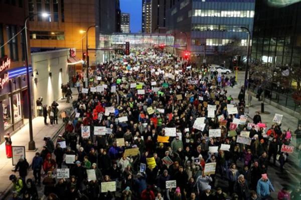 Biểu tình phản đối sắc lệnh của Trump tại thành phốMinneapolis, bang Minnesota hôm 31/1. Ảnh:Reuters