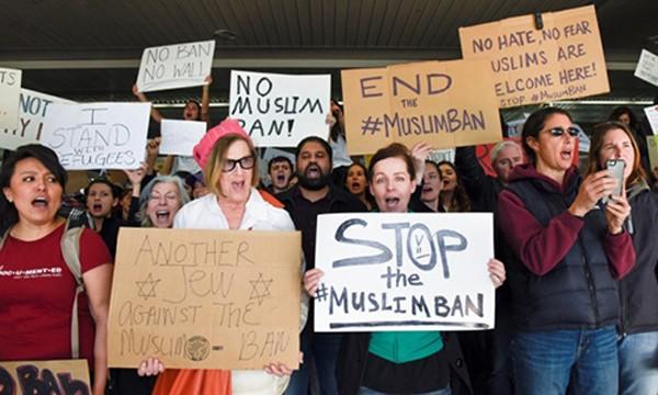 Người dân San Francisco biểu tình phản đối lệnh hạn chế hhập cư của Tổng thống Trump. Ảnh:Reuters