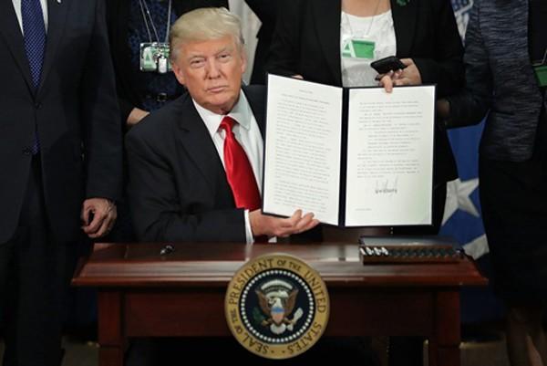 Tổng thống Mỹ Donald Trump hôm 25/1 ký sắc lệnh yêu cầu triển khai kế hoạch xây dựng tường biên giới giữa Mỹ với Mexico. Ảnh:AAP