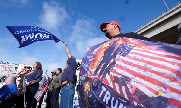 Những người ủng hộ sắc lệnh của Trump tụ tậptại sân bay ở California. Ảnh:Reuters