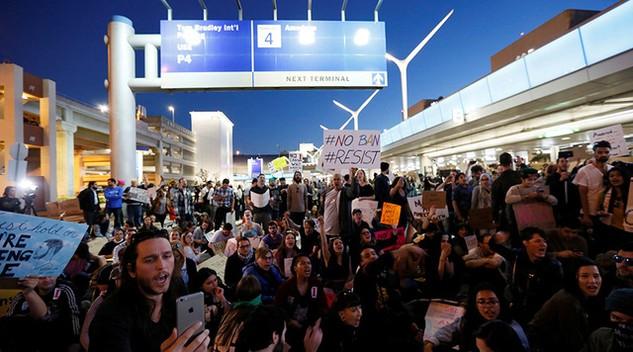 Các cuộc biểu tình đã nổ ra để phản đối lệnh cấm nhập cư của Tổng thống Mỹ Donald Trump. (Ảnh: Reuters)