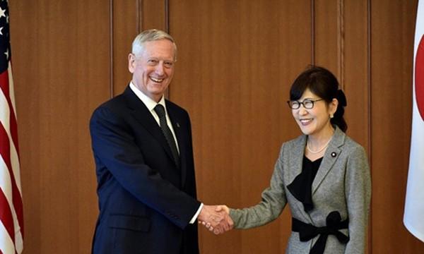 Bộ trưởng quốc phòng hai nước Mỹ, Nhật bắt tay trong cuộc gặp ở Tokyo hôm 3/2. Ảnh:Reuters
