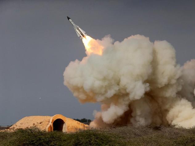 Tên lửa tầm xa S-200 được phóng tại thành phố Bushehr, Iran (Ảnh: Independent)