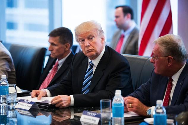 Tổng thống Mỹ Donald Trump (giữa). Ảnh: New York Times