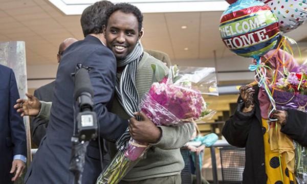 Một người nhập cư vui mừng khi được nhập cảnh tại sân bay Mỹ, sau khi sắclệnh hạn chế bị tạm dừng. Ảnh:Seatle Times