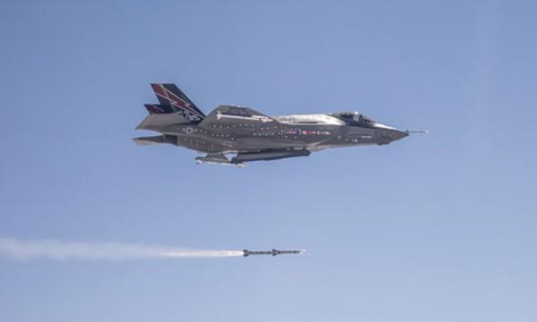 Tiêm kích thử nghiệm F-35 phóng tên lửa AMRAAM. Ảnh:USAF