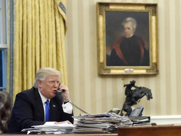 Tổng thống Mỹ Donald Trump điện đàm với Thủ tướng Australia Malcolm Turnbull tại Nhà Trắng. Ảnh:AP