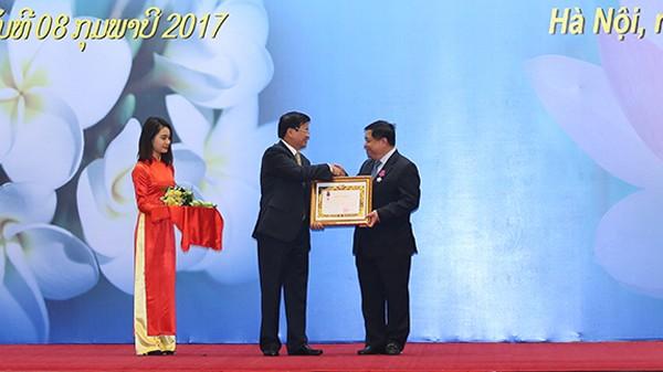 Thủ tướng Lào Thoonglun Sisulith trao Huân chương Tự do của Chủ tịch nước Lào cho Bộ trưởng Bộ KH&ĐT Nguyễn Chí Dũng. Ảnh: Đức Trung
