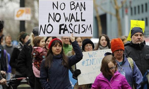 Các nhà hoạt động tuần hành phản đối lệnh cấm nhập cảnh của Tổng thống Donald Trump tại bang Oregon, Mỹ, ngày 30/1. Ảnh:Reuters.