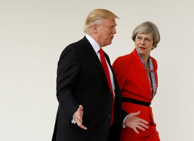 Thủ tướng Theresa May trò chuyện cùng Tổng thống Donald Trump tại Nhà Trắng hôm 27/1 (Ảnh: Reuters)