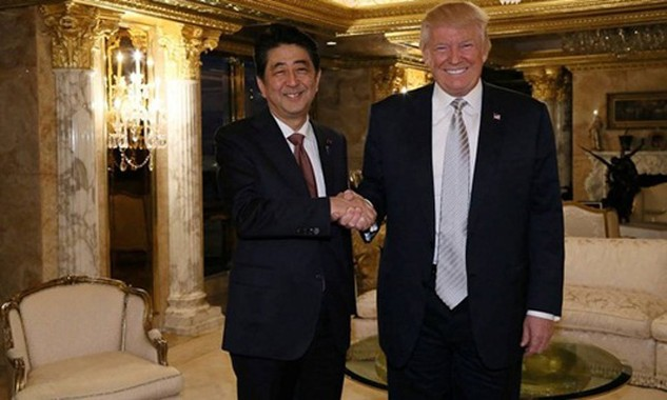 Ông Abe và ông Trump gặp nhau tại Trump Tower năm ngoái. Ảnh:AP