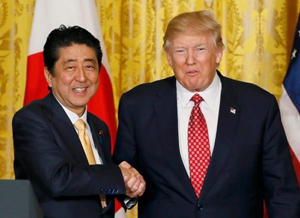 Thủ tướng Nhật Bản Shinzo Abe và Tổng thống Mỹ Donald Trump trong cuộc họp báo chung ngày 10/2. Ảnh:Reuters.