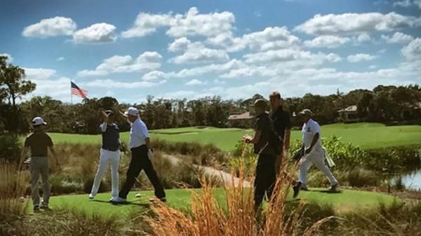 Ông Trumpđập tay với ông Abe khi hai nhà lãnh đạo chơigolf ở Palm Beach, Florida sáng 11//2. Ảnh:Twitter