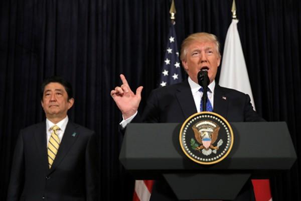 Tổng thống Trump và Thủ tướng Abe họp báo chung tối 11/2 tại Florida, Mỹ. Ảnh:Reuters
