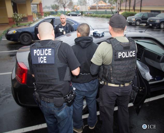 Cảnh sát Mỹ bắt giữ một người nhập cư bất hợp pháp hôm 7/2 tại Los Angeles (Ảnh: Reuters)