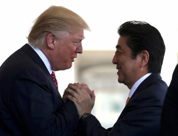 Ông Donald Trump và ông Shinzo Abe trong cuộc gặp cuối tuần trước. Ảnh:Reuters