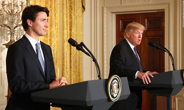 Thủ tướng Canada Trudeau, trái, trong cuộc họp với Tổng thống Mỹ Trump hôm qua. Ảnh:CNN