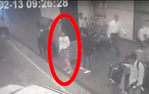 Hình ảnh người phụ nữ bên ngoài sân bay Kuala Lumpur sáng 13/2 bị nghi có liên quan đến cái chết của ông Kim Jong-nam. (Ảnh: The Star)