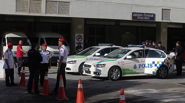 Cảnh sát Malaysia bên ngoài khoa khám nghiệm tử thi ở bệnh việnPutrajaya, ngoại ôKuala Lumpur hôm qua. Ảnh:AFP