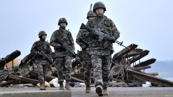 Lực lượng quân sự Hàn Quốc tuần tra đảo Yeonpyeong năm 2013. Ảnh:AFP