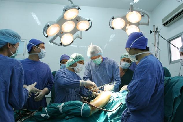 Phần lớn bệnh viện thực hiện xã hội hóa bằng hình thức liên kết đặt máy móc, thiết bị y tế. Ảnh: Tường Lâm