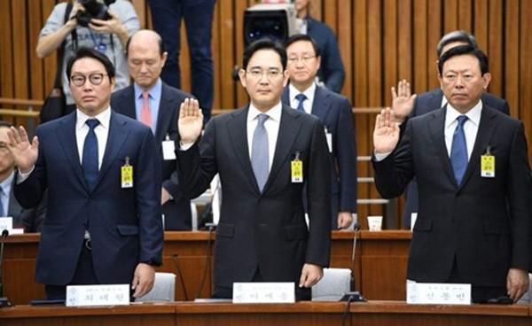 Lãnh đạo SK Group, Samsung và Lotte tại phiên điều trần tháng 12 năm ngoái. Ảnh:AFP
