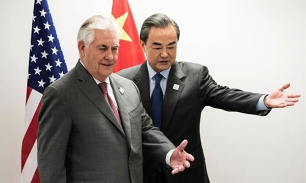 Ngoại trưởng Mỹ Rex Tillerson (trái) và người đồng cấp Trung Quốc Vương Nghị trong cuộc gặp kín ngày 17/2 tại thành phố Bonn, Đức. Ảnh:Reuters.