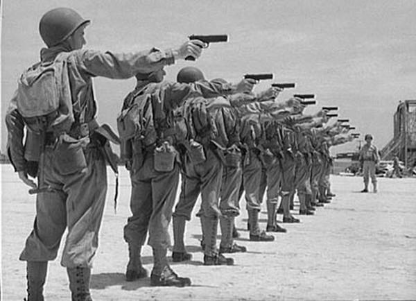 Lính Mỹ tập bắn với súng ngắn M1911. Ảnh:Olive-drab.