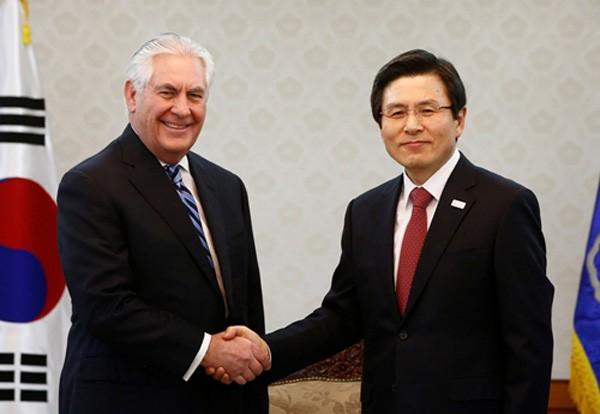 Ngoại trưởng Mỹ Rex Tillerson bắt tay quyền Tổng thống Hàn Quốc Hwang Kyo-ahn trước khi bắt đầu thảo luận ngày 17/3 tại Seoul. Ảnh:Reuters.