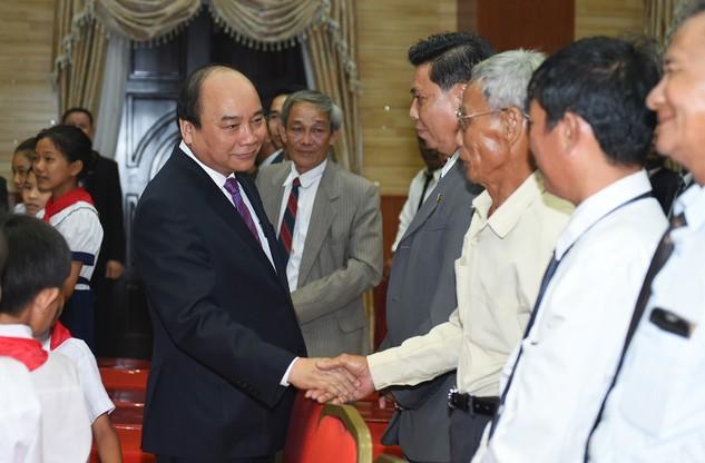 Thủ tướng Nguyễn Xuân Phúc thăm hỏi bà con Việt kiều tại Campuchia. Ảnh: VGP/Quang Hiếu