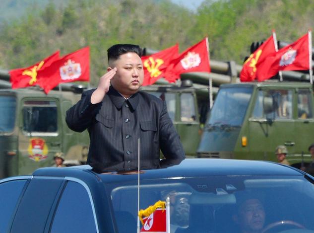 Nhà lãnh đạo Triều Tiên Kim Jong-un thị sát cuộc tập trận quy mô lớn vào ngày 25/4, đúng dịp kỷ niệm 85 năm ngày thành lập quân đội Triều Tiên. (Ảnh: Reuters)