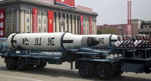 Tên lửa từ tàu ngầm được phô diễn trong cuộc duyệt binh ở Triều Tiên hôm 15/4. Ảnh:AP