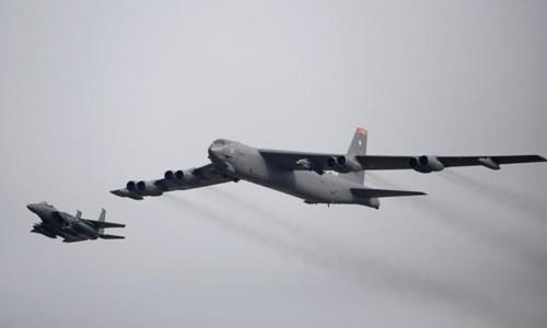 Oanh tạc cơ Mỹ B-52 bay trên căn cứ không quân Osan, Hàn Quốc, hồi tháng 1/2016. Ảnh:Reuters.